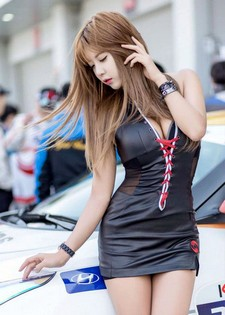 Another photo set of lovely Heo Yun Mi today, posing at the 2014 Korea Speed Festival..