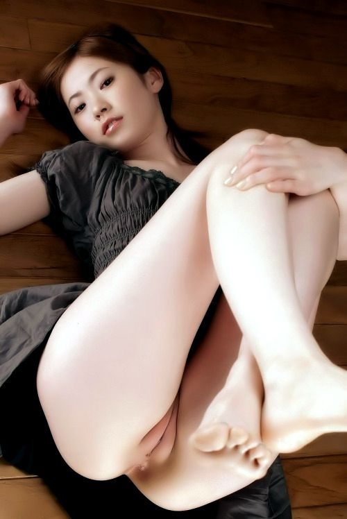 Gorgeous asian in this incredible pussy pic.
